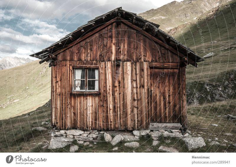 …der Käse war lecker. Himmel Natur Ferien & Urlaub & Reisen alt Sommer ruhig Landschaft Haus Fenster Berge u. Gebirge Holz klein Stein Felsen braun Tür