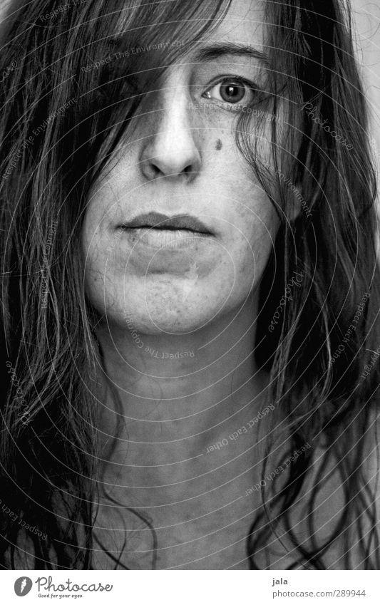 . Mensch feminin Frau Erwachsene Haare & Frisuren Gesicht 1 30-45 Jahre brünett langhaarig authentisch eckig Schwarzweißfoto Innenaufnahme Kunstlicht Porträt
