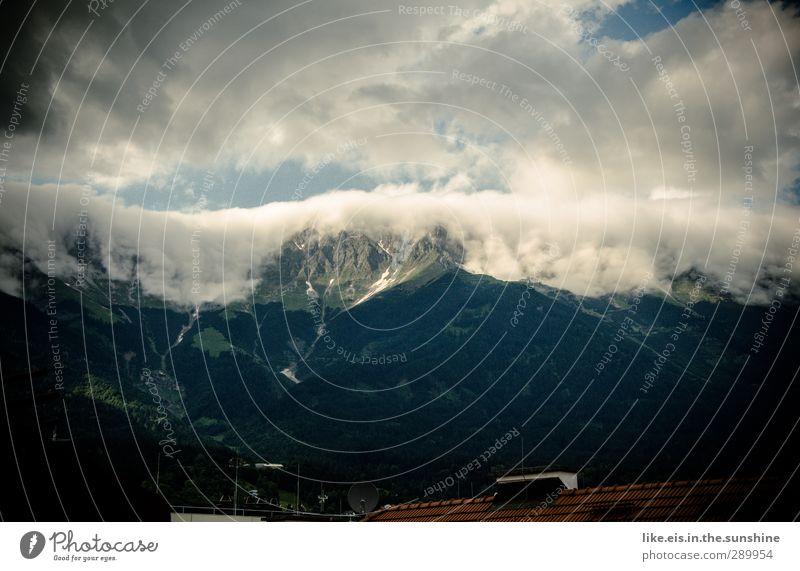wolken-wasserfälle über innsbruck Ferne Schnee Berge u. Gebirge Umwelt Natur Landschaft Urelemente Wolken Klima Wetter Alpen Gipfel Stadt Dach Schornstein groß