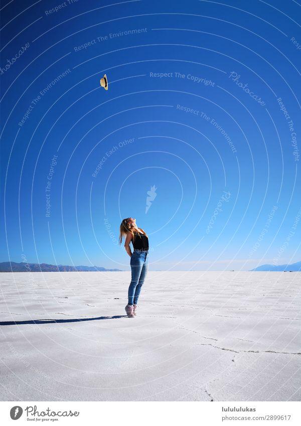 das ist in der salzwueste. schön feminin Junge Frau Jugendliche 1 Mensch 18-30 Jahre Erwachsene Natur Landschaft Himmel Wolkenloser Himmel Schönes Wetter