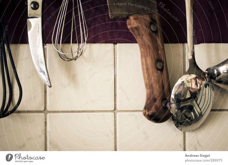 Küchenwerkzeug Freizeit & Hobby Häusliches Leben Wohnung Innenarchitektur Löffel Messer Rührbesen alt trist Reflexion & Spiegelung Fliesen u. Kacheln Farbfoto