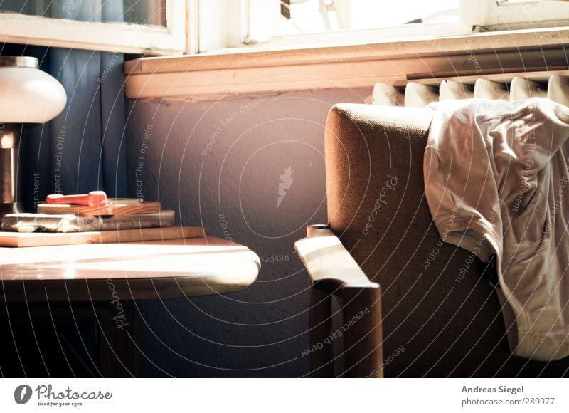 Chaos/Leere Lifestyle Stil Häusliches Leben Wohnung Innenarchitektur Möbel Lampe Sessel Tisch Raum Wohnzimmer unordentlich chaotisch Bekleidung T-Shirt