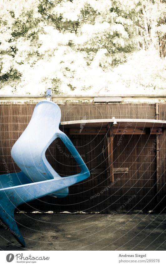 Ausgeladen Stil Häusliches Leben Wohnung einrichten Möbel Sessel Stuhl Tisch Balkon Beton Holz authentisch einzigartig retro trist blau Farbfoto Gedeckte Farben