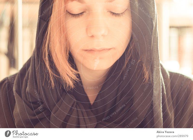 I wanna belive in Magic Mensch feminin Junge Frau Jugendliche 1 18-30 Jahre Erwachsene außergewöhnlich dunkel orange schwarz Gefühle Schutz Hoffnung Glaube