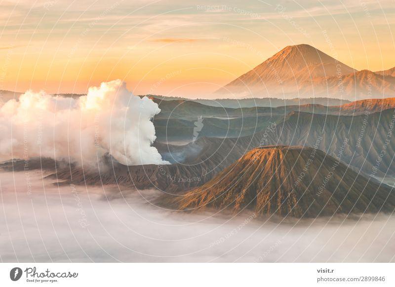 Vulkan Mount Bromo bei Sonnenaufgang, Ost-Java, Indonesien. Ferien & Urlaub & Reisen Tourismus Abenteuer Freiheit Berge u. Gebirge wandern Umwelt Natur