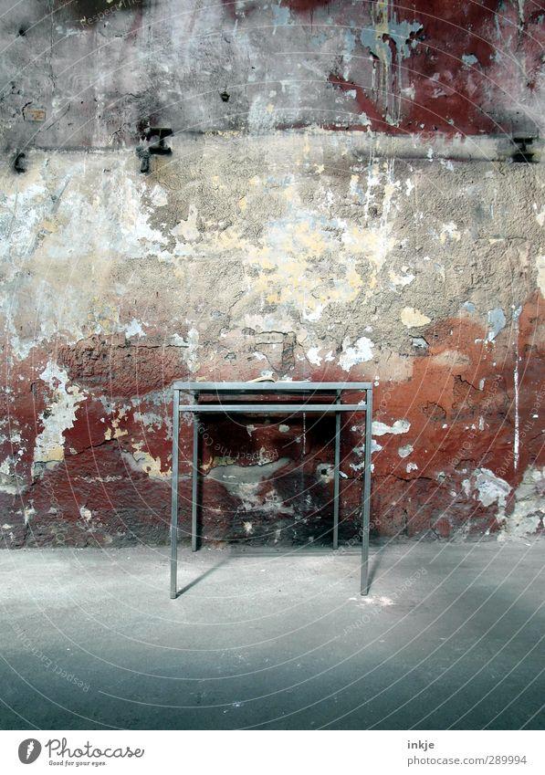 trash [ tisch ] Raum Häusliches Leben Tisch kaputt verfallen trashig kahl Putzfassade
