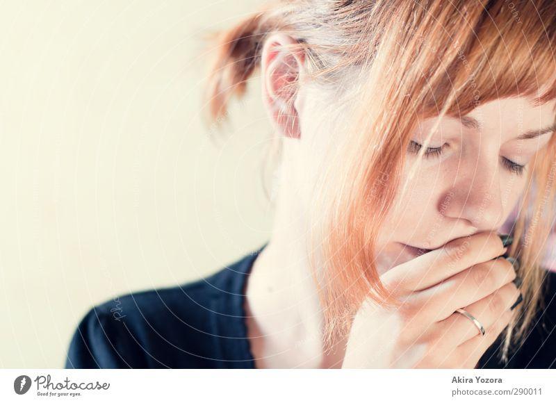 In Gedanken nur bei dir. Mensch Frau Jugendliche Junge Frau ruhig 18-30 Jahre Erwachsene Liebe Gefühle feminin Romantik berühren Hoffnung Verliebtheit Ring