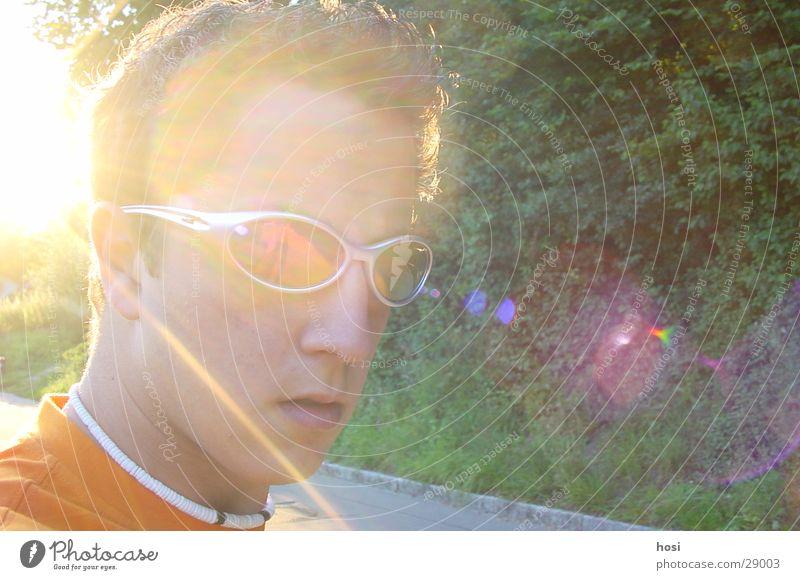 Mit der Sonne im Rücken Mann Sonnenbrille Halskette