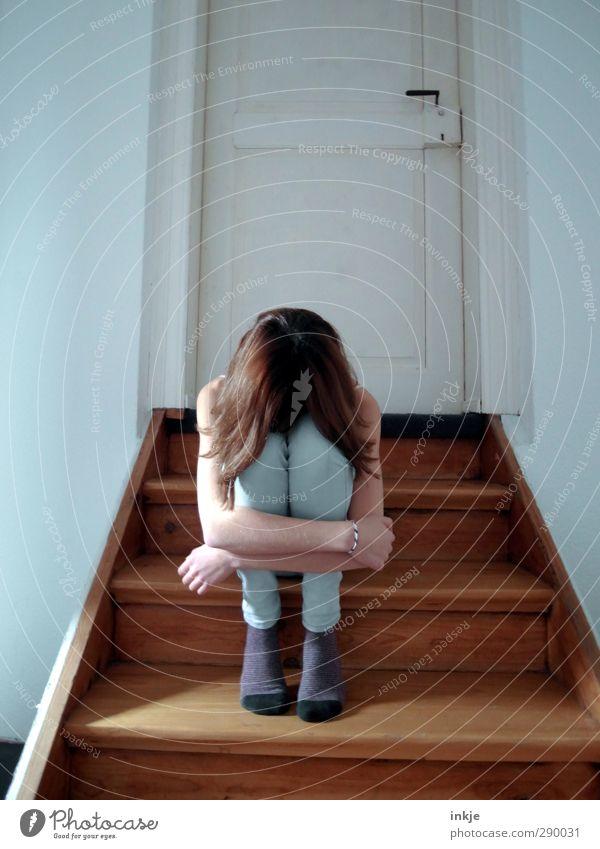 Muss das denn sein?   Kummer Mädchen Kindheit Leben Körper 1 Mensch 8-13 Jahre Treppe Tür hocken sitzen Traurigkeit Gefühle Stimmung Trauer Unlust Schmerz