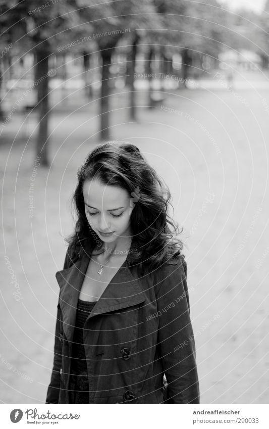 madame aus paris. elegant Stil feminin Junge Frau Jugendliche 1 Mensch 18-30 Jahre Erwachsene dünn langhaarig lockig Mantel Allee Park Halskette Franzosen schön