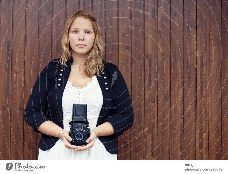 2013 Freizeit & Hobby feminin Junge Frau Jugendliche Mensch 18-30 Jahre Erwachsene alt trendy Fotokamera Fotografie analog ernst Farbfoto Außenaufnahme