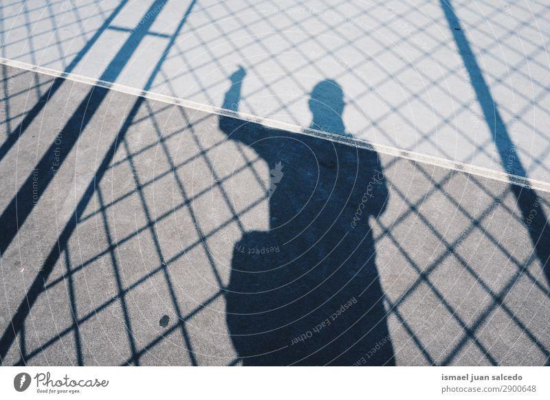 Junge Schatten Silhouette auf dem Boden Mensch Mann Lichterscheinung Sonne Straße Zaun Außenaufnahme Großstadt abstrakt sehr wenige Hintergrund neutral Bilbao