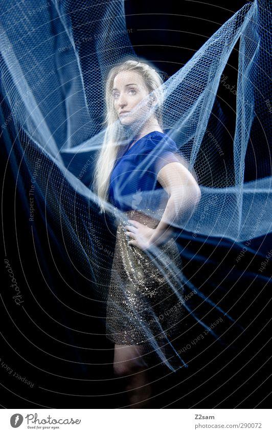 test elegant Stil feminin Junge Frau Jugendliche 18-30 Jahre Erwachsene Mode Kleid blond langhaarig ästhetisch schön kalt blau träumen Einsamkeit