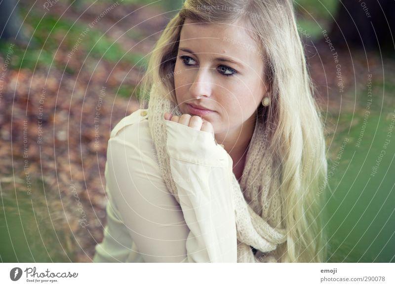 Herbst feminin Junge Frau Jugendliche 1 Mensch 18-30 Jahre Erwachsene Umwelt Natur Wald blond schön natürlich Farbfoto Außenaufnahme Tag Schwache Tiefenschärfe