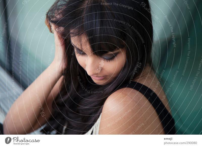 soft feminin Junge Frau Jugendliche 1 Mensch 18-30 Jahre Erwachsene schwarzhaarig schön sanft verträumt dunkelhäutig Farbfoto Außenaufnahme Tag