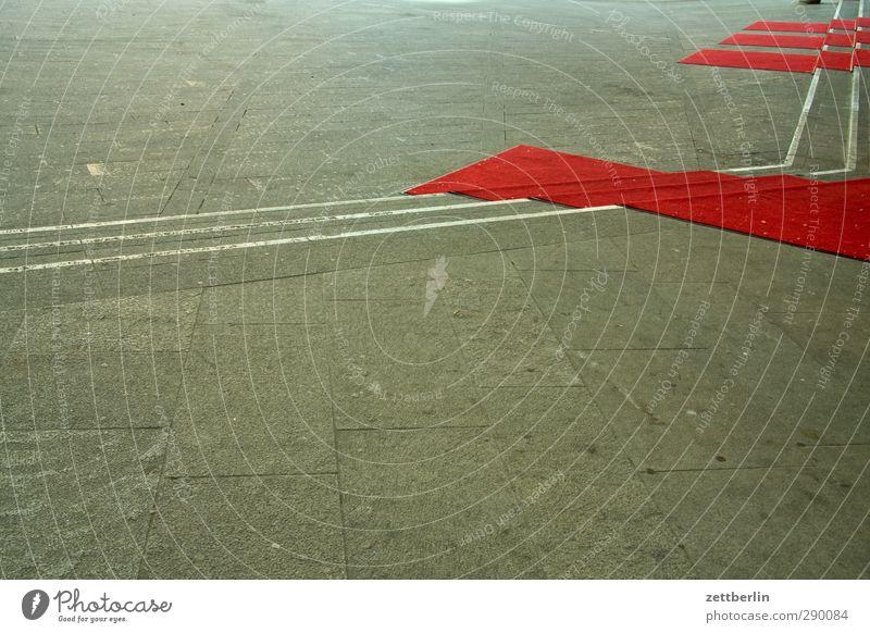 Rote Teppiche Läufer Roter Teppich verrückt Neigung Linie Ecke Treppe Niveau Begrüßung Empfang Kino Starruhm Image Veranstaltung Hollywood Kultur Musikfestival