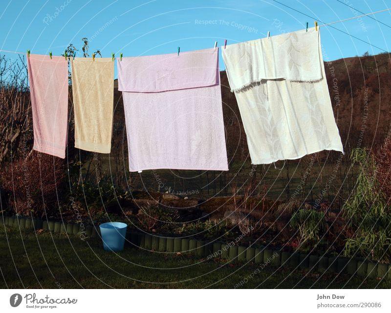 gefrier-trocknen Sträucher Garten Idylle aufhängen Wäscheleine Handtuch Badetuch ländlich Wäscheklammern Haushalt Blumenbeet Frottée festhalten Wäsche waschen