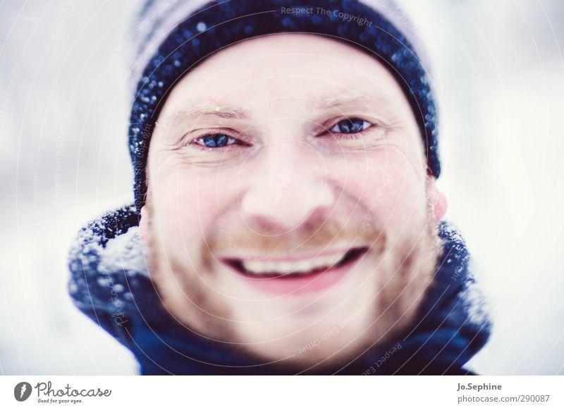 Winterfreude Lifestyle Freude Schnee Mensch maskulin Mann Erwachsene Kopf 1 30-45 Jahre Lächeln lachen authentisch Fröhlichkeit Glück positiv blau Zufriedenheit