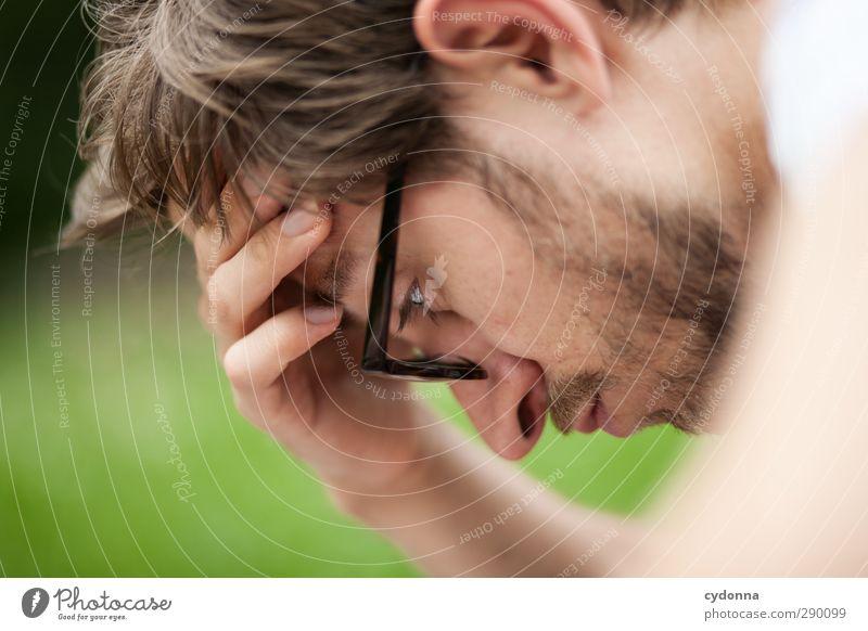 Voll konzentriert Mensch Natur Jugendliche Sommer Hand Erwachsene Gesicht Umwelt Wiese Junger Mann Kopf 18-30 Jahre Denken Park lernen Hilfsbereitschaft