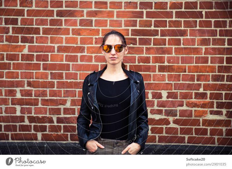 Frau mit Sonnenbrille Mensch feminin Junge Frau Jugendliche Erwachsene 18-30 Jahre Haus ästhetisch schön selbstbewußt Coolness Kraft Mut Lederjacke