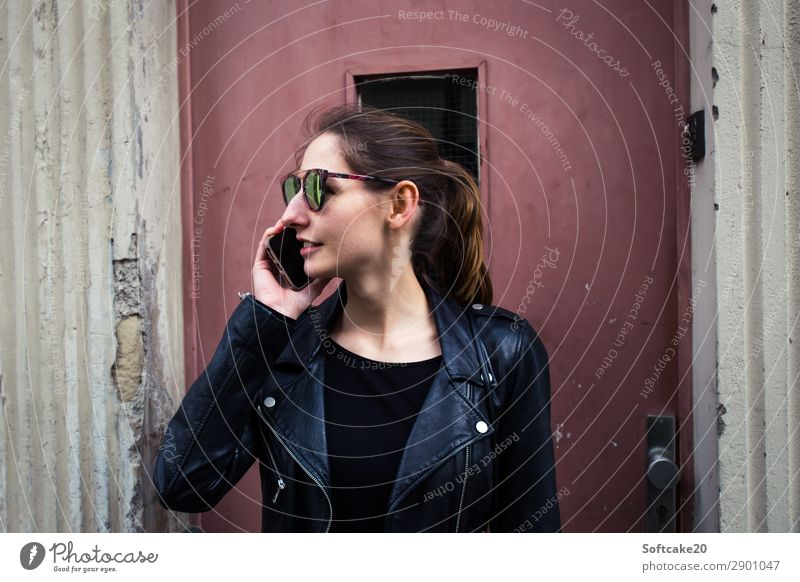 Telefonieren Mensch Jugendliche Junge Frau schön Haus 18-30 Jahre Lifestyle Erwachsene sprechen feminin Glück Design modern Tür Bekleidung kaputt