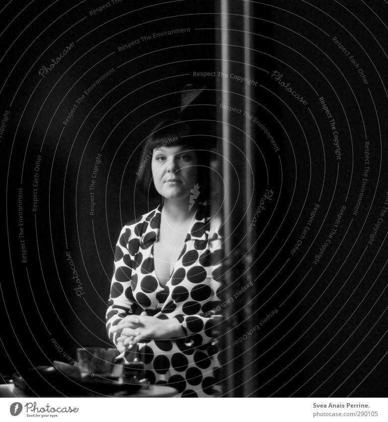 Madam. feminin Frau Erwachsene Haare & Frisuren Gesicht 1 Mensch 30-45 Jahre Spiegel Kleid schwarzhaarig brünett kurzhaarig beobachten Denken festhalten Blick