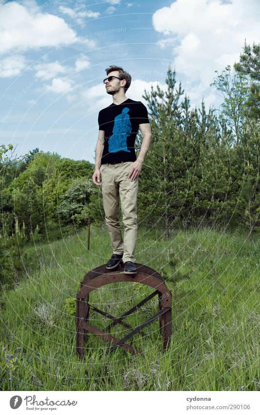 Erhöhung Mensch Himmel Natur Jugendliche Sommer Landschaft Wald Erwachsene Umwelt Wiese Leben Junger Mann Freiheit 18-30 Jahre Stil träumen