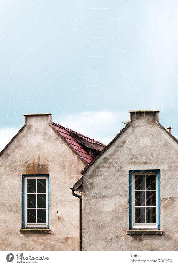 Altes Ehepaar Himmel Kleinstadt Haus Einfamilienhaus Gebäude Mauer Wand Fassade Fenster Dach Dachrinne Schornstein alt historisch trashig Entschlossenheit nackt