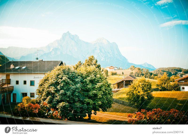 Heimatfilm-Hintergrund Himmel Sommer Schönes Wetter Baum Wiese Alpen Berge u. Gebirge Dorf Einfamilienhaus Balkon retro blau grün Idylle Tourismus
