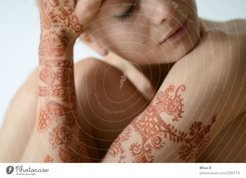 Ornament Mensch Jugendliche Erwachsene feminin 18-30 Jahre außergewöhnlich Körper Haut Zeichen Tattoo Schmuck Körpermalerei Hennamalerei henna-rot