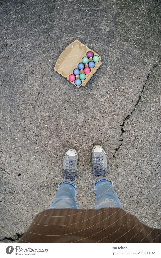 ostereier II Frau Mensch Beine Fuß Osterei Ei Eierkarton Ostern Feste & Feiern Tradition mehrfarbig Farbe stehen Straße Asphalt Schuhe seltsam Außenaufnahme