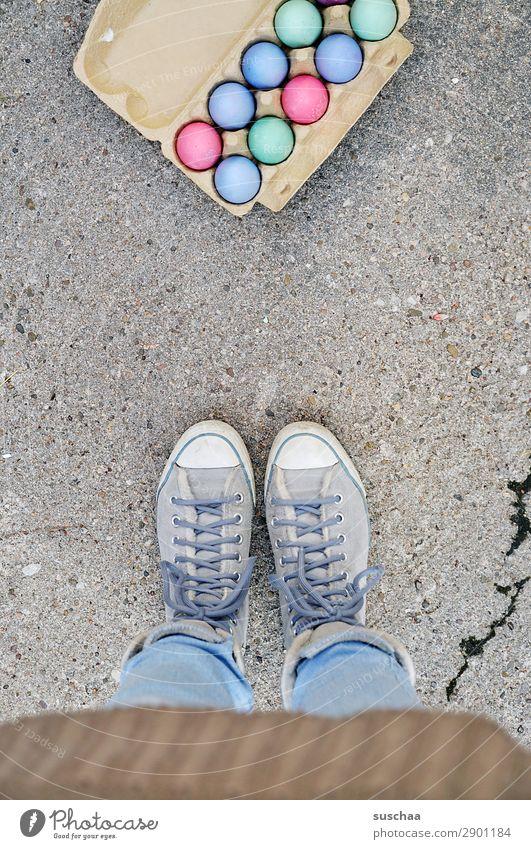 ostereier Frau Mensch Beine Fuß Osterei Ei Eierkarton Ostern Feste & Feiern Tradition mehrfarbig Farbe stehen Straße Asphalt Schuhe Schnürschuhe Turnschuh