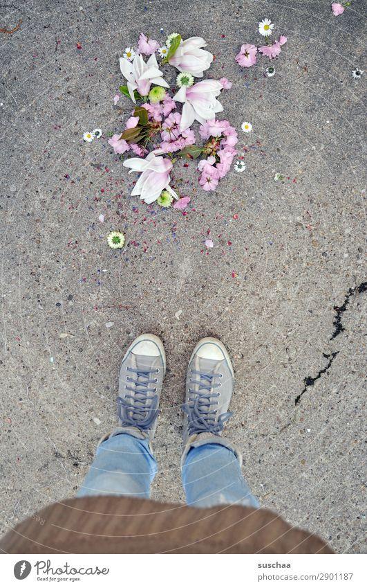 frühling .. runtergefallen Frau Mensch Beine Fuß Ostern Feste & Feiern Tradition mehrfarbig Farbe stehen Straße Asphalt Schuhe Schnürschuhe Turnschuh seltsam