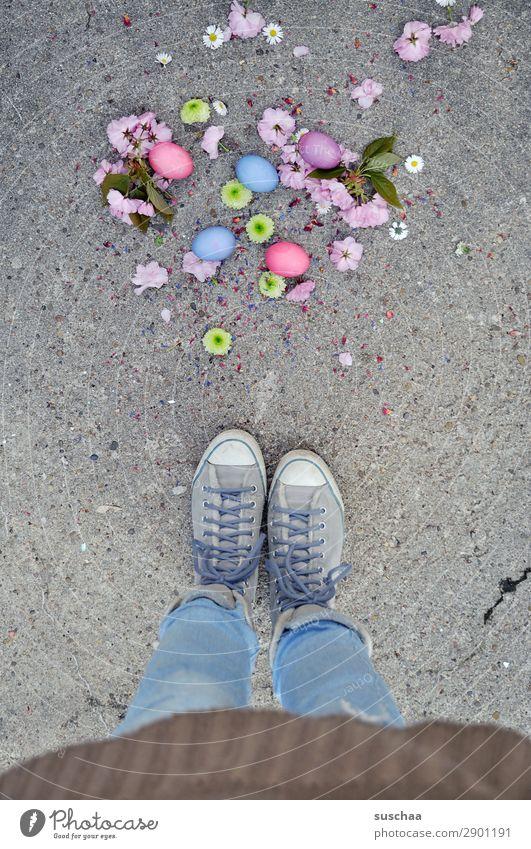 ostern .. runtergefallen Frau Mensch Beine Fuß Osterei Ei Ostern Feste & Feiern Tradition mehrfarbig Farbe stehen Straße Asphalt Schuhe Schnürschuhe Turnschuh