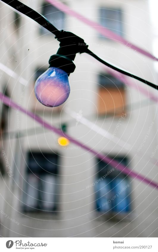 Lilalampe schön Haus Fenster Wand Mauer außergewöhnlich Fassade Schnur violett hängen Glühbirne