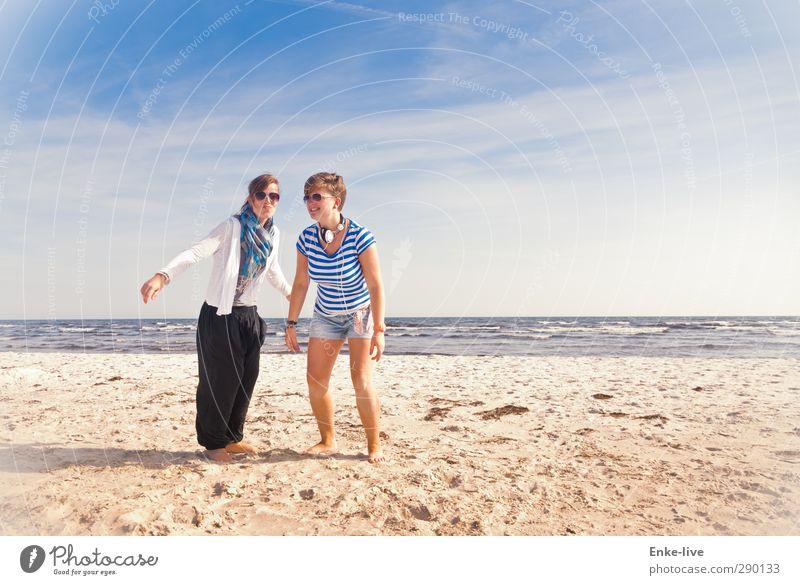 Pinguin/Streifenhörnchen Lifestyle Stil Freude Ferien & Urlaub & Reisen Tourismus Abenteuer Freiheit Sommerurlaub Strand Meer Wellen Mensch Junge Frau