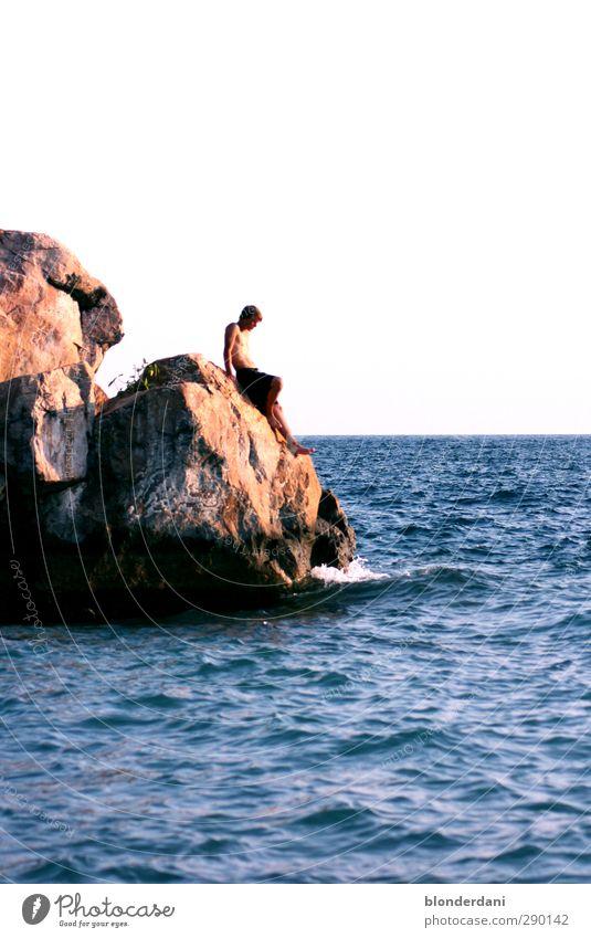 trau mich nicht... Mensch Natur Jugendliche blau Ferien & Urlaub & Reisen Wasser nackt Erwachsene Umwelt Ferne Junger Mann Freiheit Küste Sand Stein 18-30 Jahre