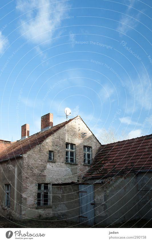 schöner wohnen mit westfernsehn. alt Haus Fenster Wand Mauer Fassade Wohnung Häusliches Leben trist Dach Wandel & Veränderung Vergänglichkeit Baustelle