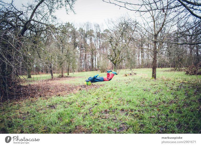 schwebender Junge Kind Mensch Jugendliche Landschaft Freude Wiese Bewegung Garten Spielen fliegen Zufriedenheit Freizeit & Hobby Park maskulin Körper