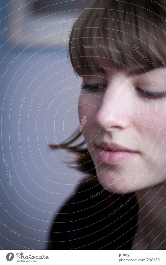 aufgesprungen II feminin Junge Frau Jugendliche Erwachsene Gesicht Auge Lippen 1 Mensch Blick blau braun Porträt 3/4 Gedeckte Farben Innenaufnahme Nahaufnahme