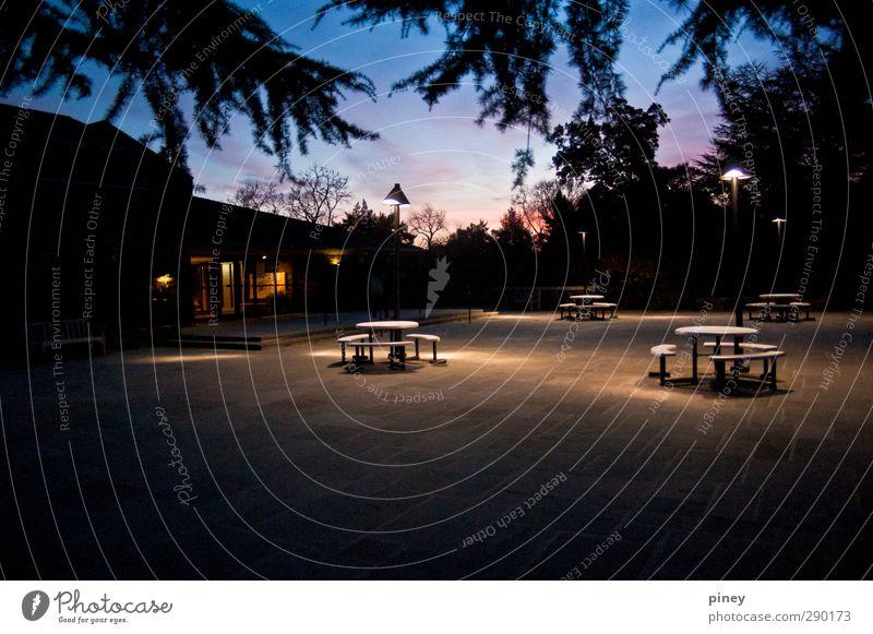 Campus Stuhl Tisch Wärme blau Kantine Speisesaal Niederlassungen Gebäude glühen Farbfoto Außenaufnahme Menschenleer Abend Dämmerung Nacht Kunstlicht Kontrast