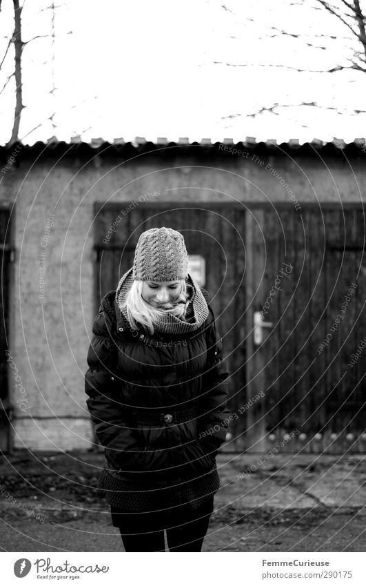 An der frischen Winterluft. Mensch Frau Natur Jugendliche Freude Erwachsene Junge Frau Wärme kalt feminin 18-30 Jahre Garten Tür Idylle Mütze
