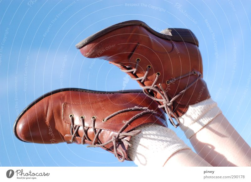 Schuhe Stil schön Zufriedenheit Erholung Freiheit Sommer Sommerurlaub Sonne Sonnenbad Mensch Frau Erwachsene Beine Fuß 1 8-13 Jahre Kind Kindheit 13-18 Jahre