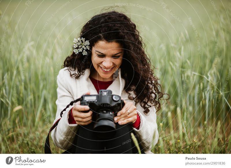 Fotografin für Mädchen Lifestyle Ferien & Urlaub & Reisen Tourismus Ausflug Fotokamera Mensch feminin Junge Frau Jugendliche Erwachsene 1 18-30 Jahre Locken