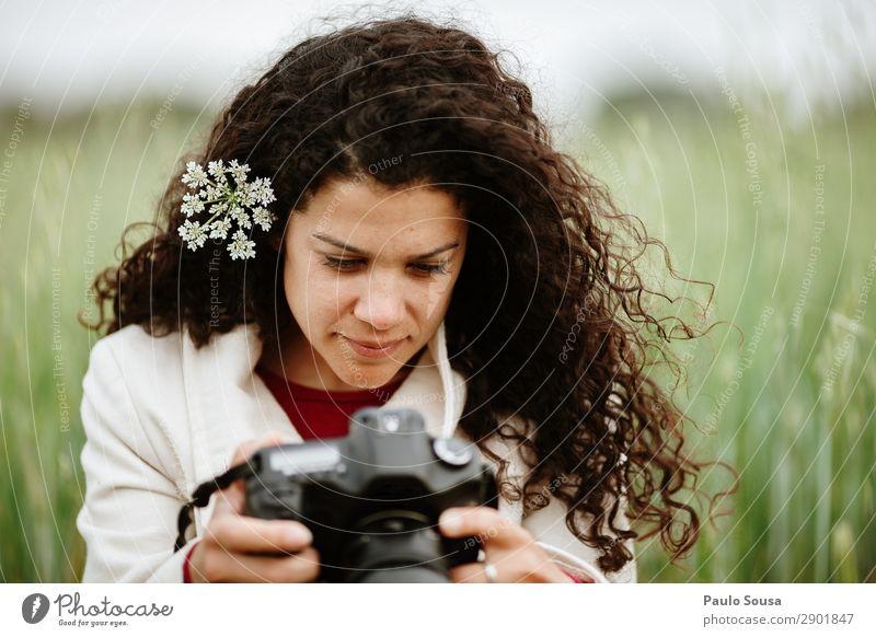 Mädchen schaut auf die Kamera Lifestyle Ferien & Urlaub & Reisen Tourismus Ausflug Fotograf Fotokamera Mensch feminin Junge Frau Jugendliche Erwachsene 1