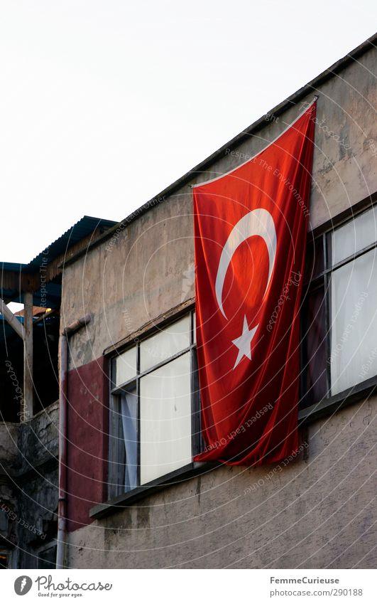 Türkei. Stadt Hafenstadt Einsamkeit Fahne Sonnenuntergang Wohnhochhaus Gardine weiß wehen Flachdach offen Fenster aufhängen Häuserzeile einheimisch Istanbul