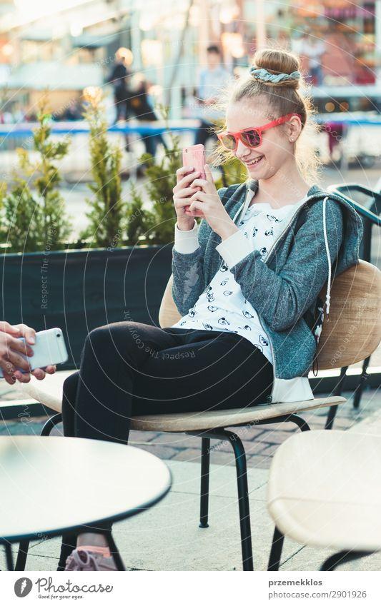 Teenager-Mädchen mit Smartphone im Zentrum der Stadt Lifestyle Sommer sprechen Telefon Handy PDA Technik & Technologie Frau Erwachsene Mann Freundschaft Paar