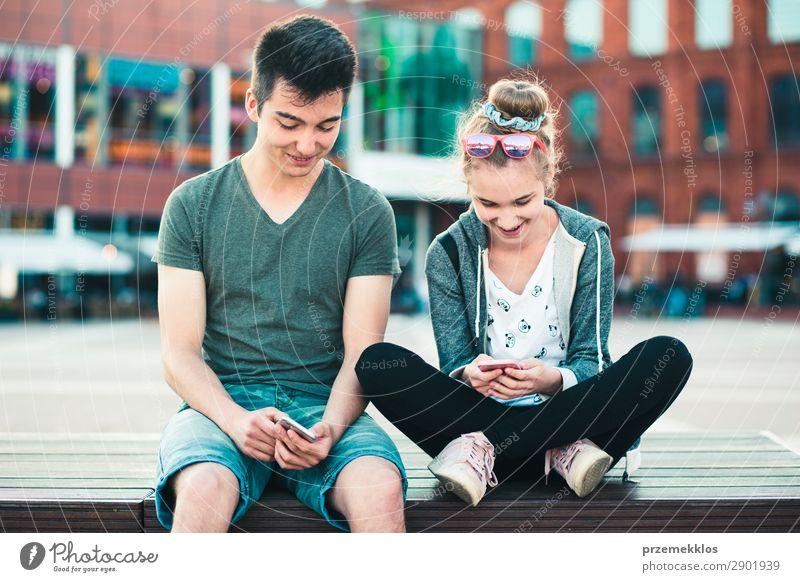Frau Mann Sommer Stadt Straße Lifestyle Erwachsene sprechen Paar Zusammensein Freundschaft modern Technik & Technologie sitzen genießen authentisch
