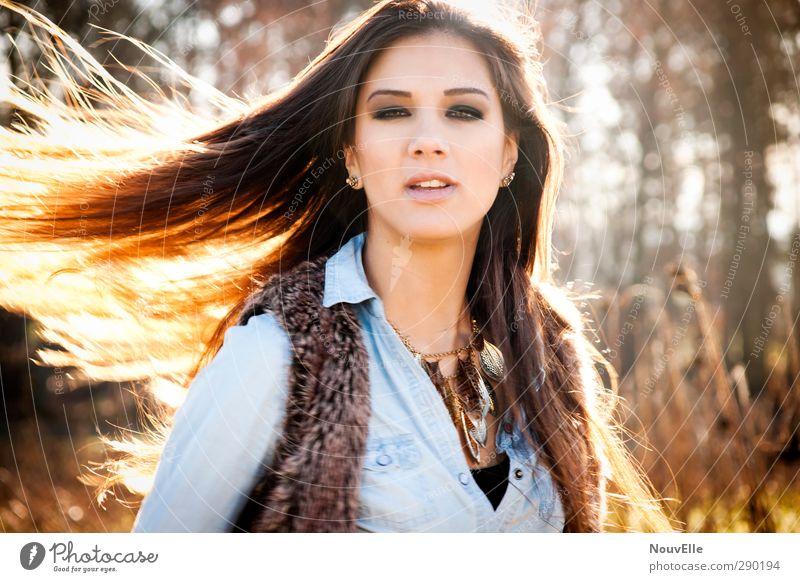 A whiff of wildness. Mensch Natur Jugendliche Sonne Wald Erwachsene Junge Frau Umwelt Leben Herbst feminin Gefühle Haare & Frisuren 18-30 Jahre Mode Stimmung