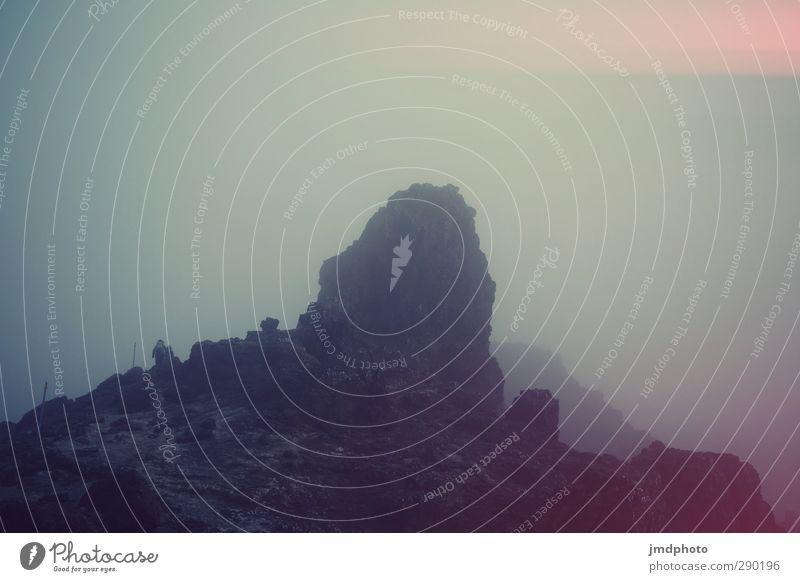 Wandern im Nebel Himmel Ferien & Urlaub & Reisen Landschaft dunkel kalt Berge u. Gebirge Felsen Angst Erde wandern hoch Abenteuer Urelemente Gipfel